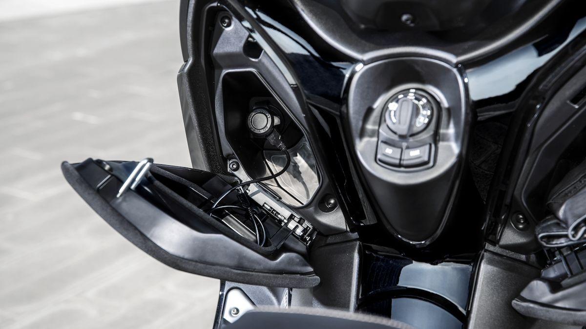 Yamaha 2019 XMAX 300 Iron Max prise électrique